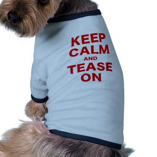 Guarde la calma y tómela el pelo encendido camiseta de perro