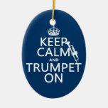 Guarde la calma y toque la trompeta en (cualquier  ornamento de navidad