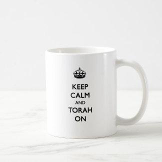 Guarde la calma y Torah encendido Taza Clásica
