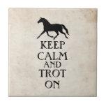 Guarde la calma y trote en Equestrian Azulejo Ceramica