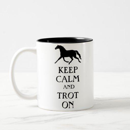 Guarde la calma y trote en Equestrian Taza