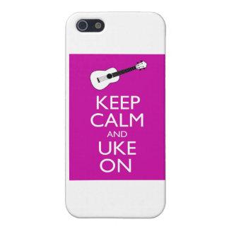 Guarde la calma y Uke en (Fuschia) iPhone 5 Coberturas