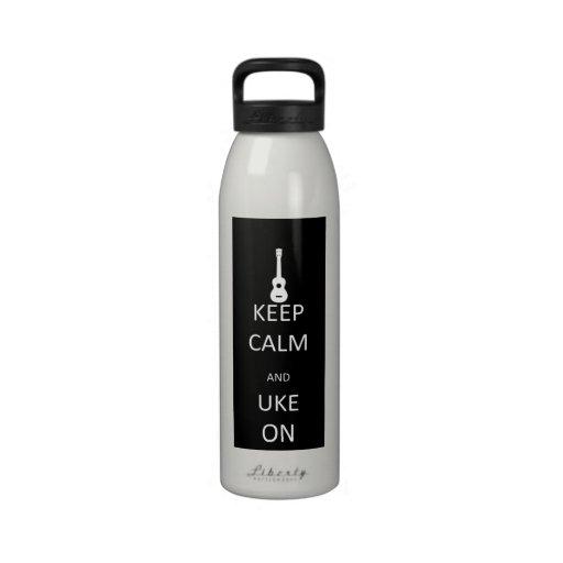 Guarde la calma y Uke encendido Botella De Agua