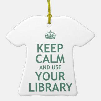 Guarde la calma y utilice su biblioteca adorno navideño de cerámica en forma de playera
