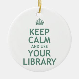 Guarde la calma y utilice su biblioteca adorno navideño redondo de cerámica