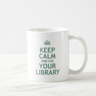Guarde la calma y utilice su biblioteca taza