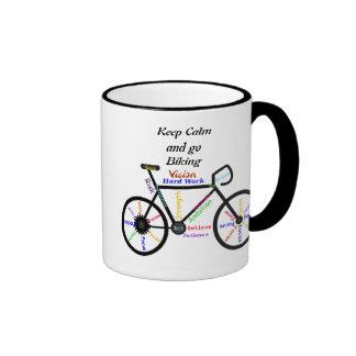 Guarde la calma y vaya a Biking, con palabras de m Taza A Dos Colores