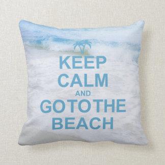 Guarde la calma y vaya a la playa cojin