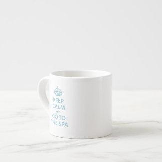 Guarde la calma y vaya al balneario taza de espresso