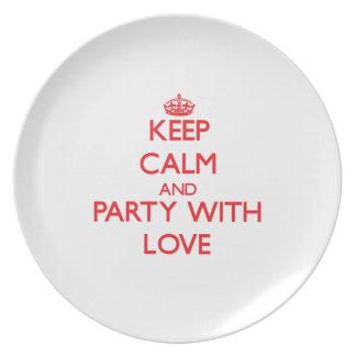 Guarde la calma y vaya de fiesta con amor plato para fiesta