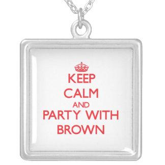 Guarde la calma y vaya de fiesta con Brown Colgante