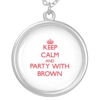 Guarde la calma y vaya de fiesta con Brown Grimpolas