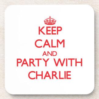 Guarde la calma y vaya de fiesta con Charlie Posavasos
