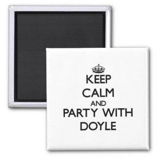 Guarde la calma y vaya de fiesta con Doyle Imán De Frigorifico