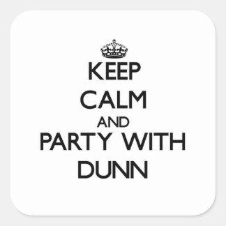 Guarde la calma y vaya de fiesta con Dunn Pegatina Cuadrada