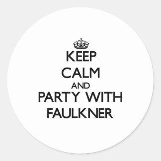 Guarde la calma y vaya de fiesta con Faulkner Pegatina Redonda