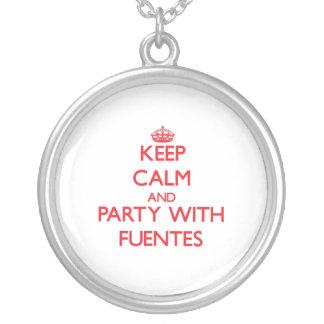 Guarde la calma y vaya de fiesta con Fuentes Collares Personalizados