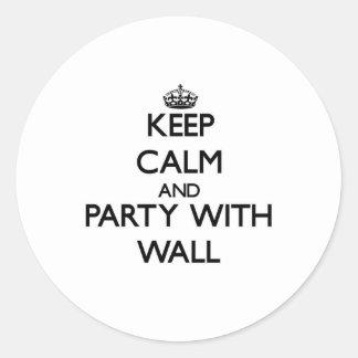 Guarde la calma y vaya de fiesta con la pared etiquetas redondas