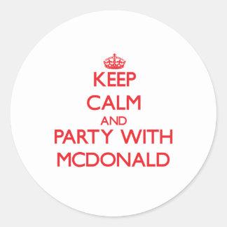 Guarde la calma y vaya de fiesta con Mcdonald Etiqueta Redonda