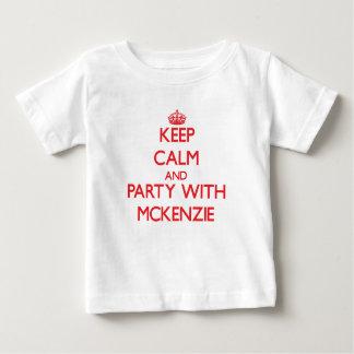 Guarde la calma y vaya de fiesta con Mckenzie Playera