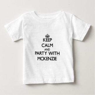 Guarde la calma y vaya de fiesta con Mckenzie Playeras