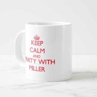 Guarde la calma y vaya de fiesta con Miller Taza Extra Grande