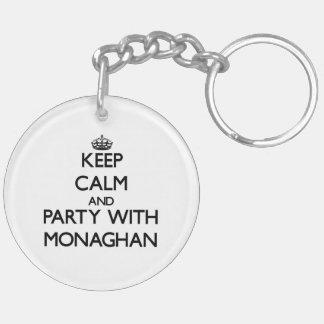 Guarde la calma y vaya de fiesta con Monaghan Llavero Redondo Acrílico A Doble Cara