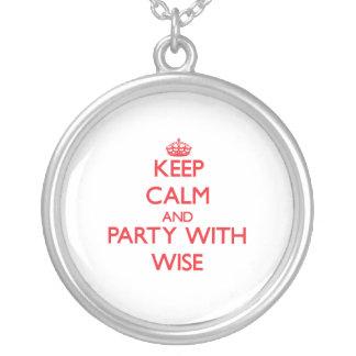 Guarde la calma y vaya de fiesta con sabio collar personalizado