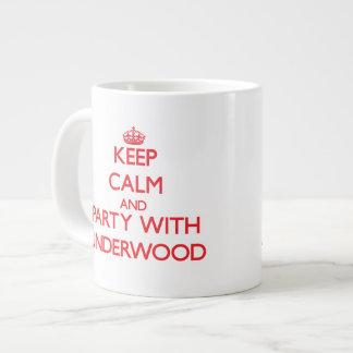 Guarde la calma y vaya de fiesta con sotobosque taza grande
