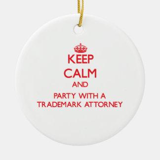 Guarde la calma y vaya de fiesta con un abogado de adorno navideño redondo de cerámica