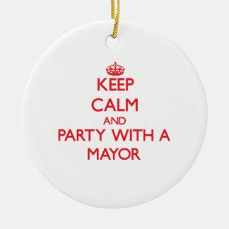 Guarde la calma y vaya de fiesta con un alcalde adorno redondo de cerámica