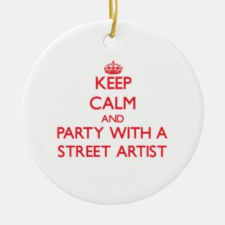 Guarde la calma y vaya de fiesta con un artista de adorno redondo de cerámica