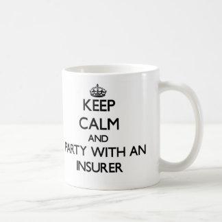 Guarde la calma y vaya de fiesta con un asegurador taza básica blanca