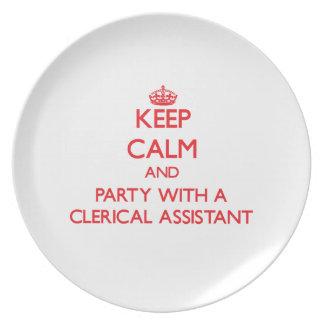 Guarde la calma y vaya de fiesta con un ayudante a plato de comida