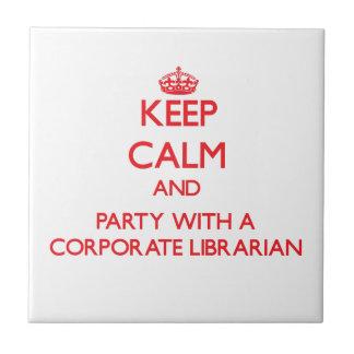 Guarde la calma y vaya de fiesta con un biblioteca tejas