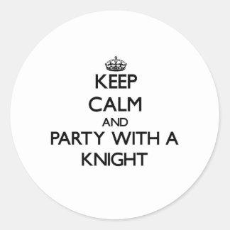 Guarde la calma y vaya de fiesta con un caballero etiqueta redonda