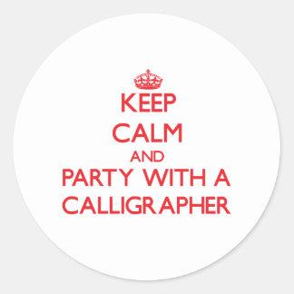 Guarde la calma y vaya de fiesta con un calígrafo pegatina redonda