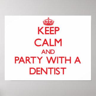 Guarde la calma y vaya de fiesta con un dentista póster