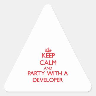 Guarde la calma y vaya de fiesta con un desarrolla pegatina de triangulo
