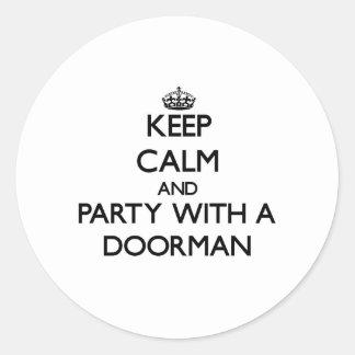 Guarde la calma y vaya de fiesta con un Doorman Etiquetas Redondas