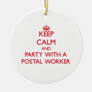 Guarde la calma y vaya de fiesta con un empleado adorno navideño redondo de cerámica