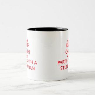 Guarde la calma y vaya de fiesta con un hombre de  tazas de café