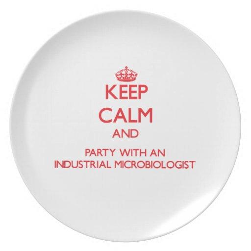Guarde la calma y vaya de fiesta con un Microbiolo Platos Para Fiestas