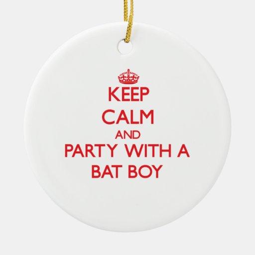 Guarde la calma y vaya de fiesta con un muchacho adorno redondo de cerámica