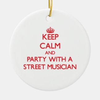Guarde la calma y vaya de fiesta con un músico de adorno redondo de cerámica