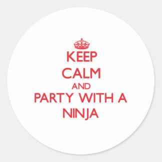 Guarde la calma y vaya de fiesta con un Ninja Pegatina Redonda