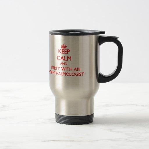 Guarde la calma y vaya de fiesta con un oftalmólog tazas de café