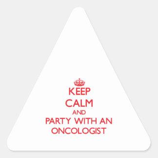 Guarde la calma y vaya de fiesta con un oncólogo pegatina triangular