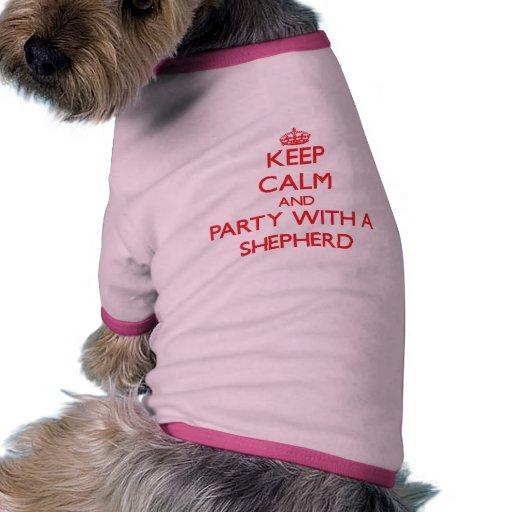 Guarde la calma y vaya de fiesta con un pastor camiseta con mangas para perro