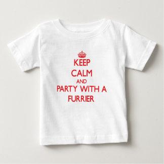 Guarde la calma y vaya de fiesta con un peletero playera